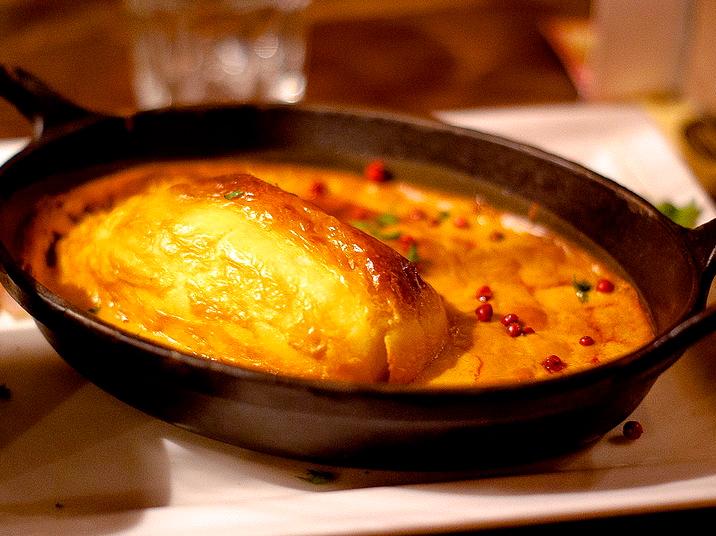Quenelle de Brochet sauce Nantua © Photo: Fryke27, licence [CC BY-SA 3.0], from Wikimedia Commons